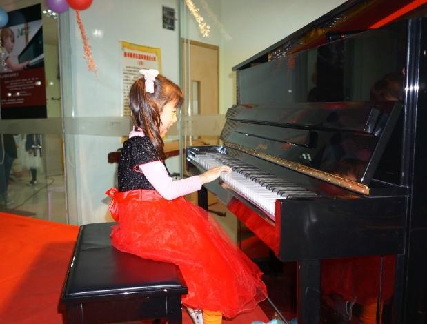 钢琴基础教程3》中的 兰花花的故事   我想求谱   我和钢琴